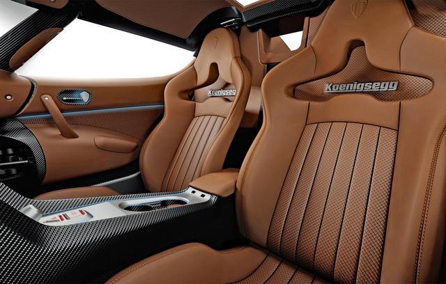 画像: 上質な本革バケットシートとカーボンを多用した、スーパースポーツカーらしいインテリア。