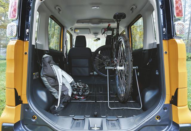 画像: 荷室のフロアやリアシート背面は防汚仕様なので、汚れた荷物などをガンガン積んでもOK!
