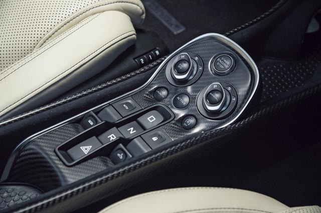 画像: エンジンスタートストップボタンは一番上に位置する。シフト選択はボタン式となる。