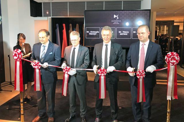 画像: 写真左から、プジョー・シトロエン・ジャポンのC.プレヴォ社長、L.ピック駐日フランス大使、DSオートモビル本社デザインダイレクターのT.メトローズ氏らによるテープカット。