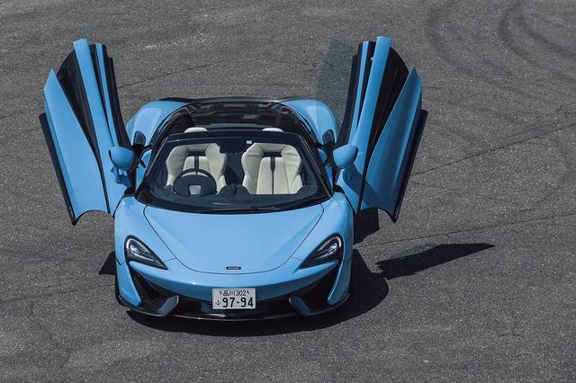 画像: ディヘドラルドアはマクラーレン車に共通する特徴。電動トップは40km/hまで操作できて、15秒で収納。