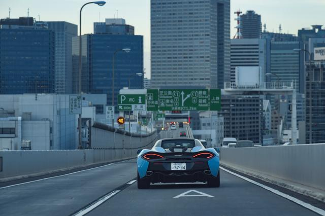 画像: スーパーカーとして別格の快適性。路面からの入力をしっとりと丸めながら必要なインフォメーションは確実に伝えて、凹凸に対してはタイヤが吸い付くように振る舞い上屋はフラットな動きが保たれる。