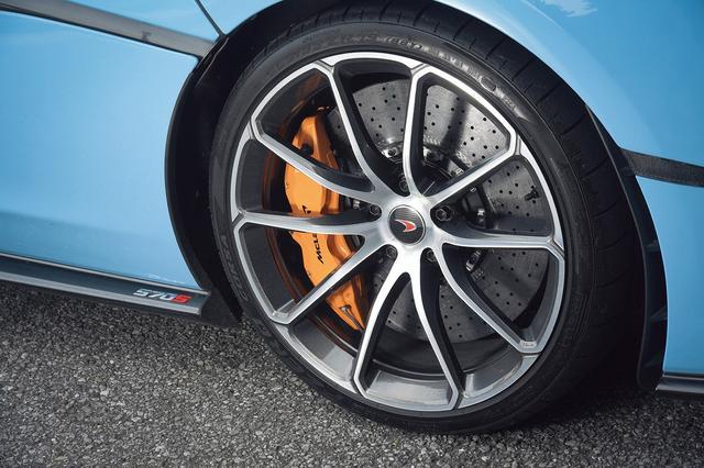 画像: オプションのダイヤモンドカットフィニッシュ10スポーク軽量鍛造ホイール。キャリパーのマクラーレンオレンジ色もオプション。