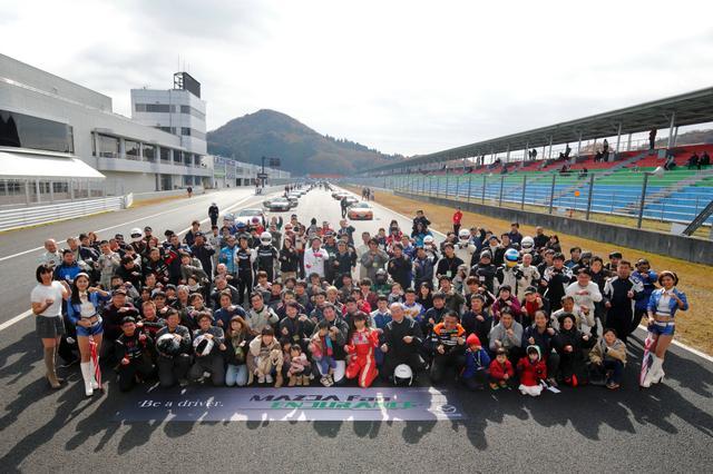 画像: 毎回恒例、参加者たちが大集合しての記念写真!