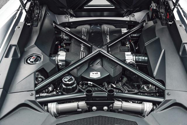 """画像: アヴェンタドールから40psもパワーアップし、740psを発生する""""アヴェンタドールS""""シリーズに搭載する6.5L V12エンジン。"""