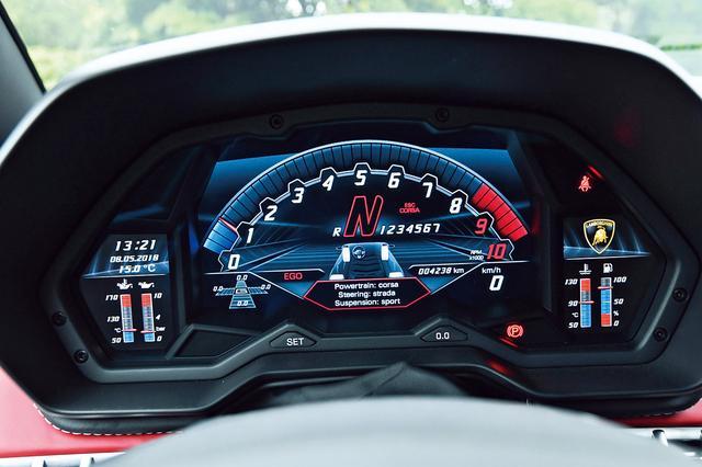 画像: 各ドライブモード(ストラーダ、スポーツ、コルサ)でデザインが変わるメーター。