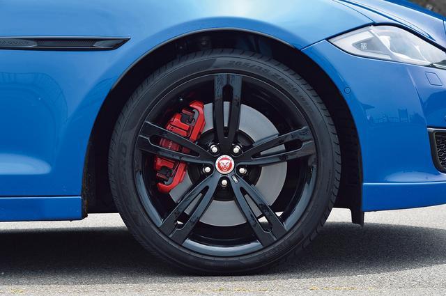 画像: 鮮烈な真紅のブレーキキャリパーが目を惹く足元。ホイールは20インチの5スポーク「スタイル5044」鍛造。