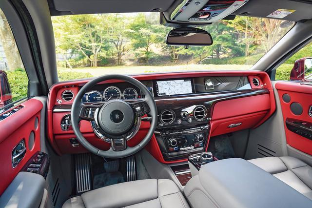 画像: クラシカルなデザインの中にモダンな一面も取り込んだ運転席まわり。高級ウッドを採用したダッシュボードはスイッチ類が少なくスッキリとしている。