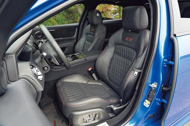 画像: シートバック上端のボルスターも調整可能な本格派のスポーツシート。