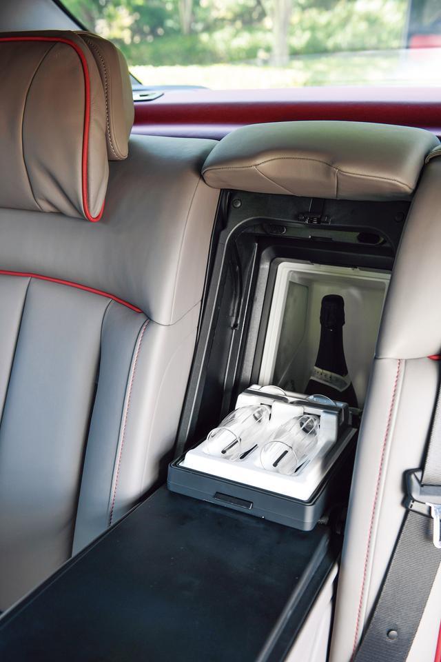 画像: リアシートのアームレストの奥には「リアクールボックス」もオプションで設定される。撮影車にはシャンパンとシャンパングラスが用意されていた。