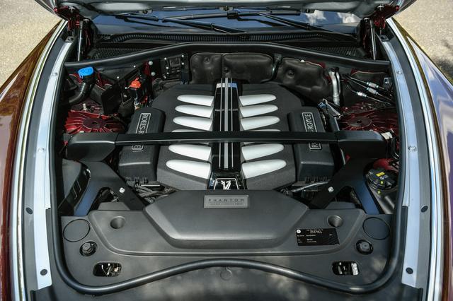 画像: 6.75L V型12気筒ツインターボエンジンは、570ps/900Nmを発生。溢れんばかりのトルク感が魅力。
