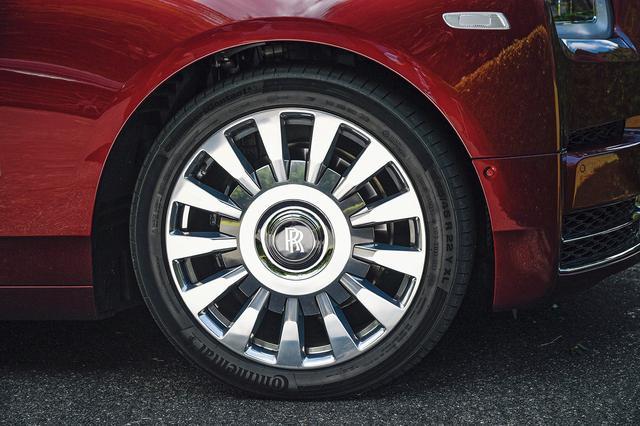 画像: ファントムに相応しい落ち着いたデザインのホイールは大径の22インチ。静粛性の高いタイヤは255/45を装着。