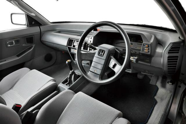 画像: 低いドラビングポジションとダッシュボードがプレリュードの証。運転席にも助手席リクライニングレバーがあったのを思い出す。