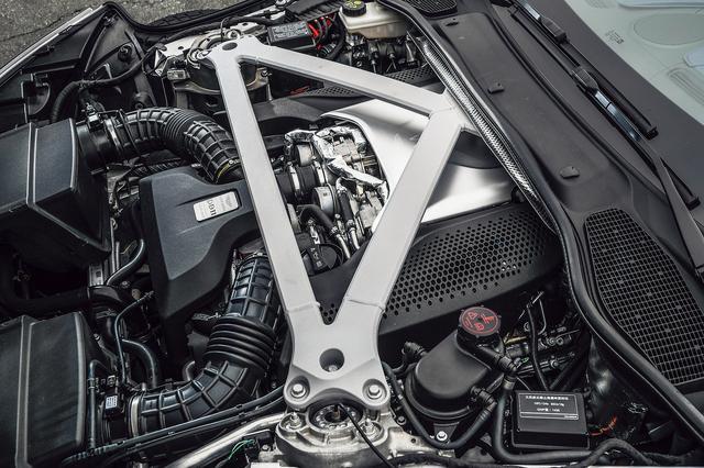 画像: AMGから供給されるV8のヘッドカバーには、品質管理担当者の銘入りプレートが付く。ロールバーも凄い迫力。