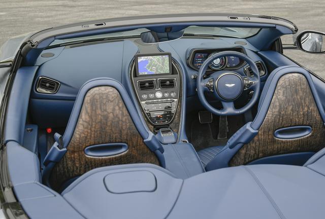 画像: 標準仕様のインテリアは、フルグレインレザーでコーディネイト。センター部のディスプレイは8インチと昨今のトレンド的には控えめだ。iPod、iPhoneのほか、Bluetoothオーディオのストリーミングが可能。