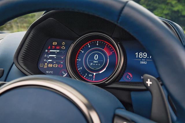 画像: ドライブモードを変更すると、メーターのアピアランスもそれに合わせて変化。AMGから供給されるV8のヘッドカバーには、品質管理担当者の銘入りプレートが付く。ロールバーも凄い迫力。