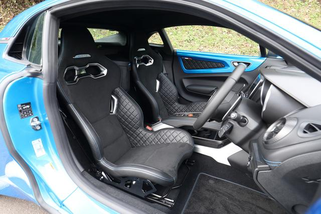 画像: ピュア」のシートはSabelt製の軽量モノコックバケットタイプ。シートリフター、リクライニングの機構はない。