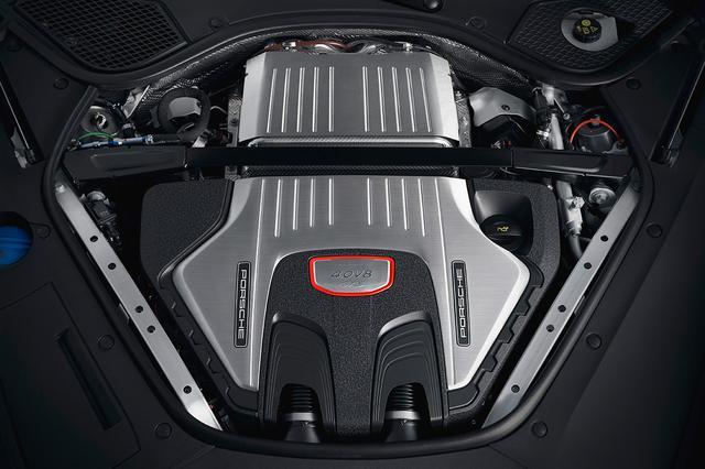 画像: GTSに搭載される4L V8ツインターボエンジン。4Sよりもパワフルで、460ps/620Nmを発揮。
