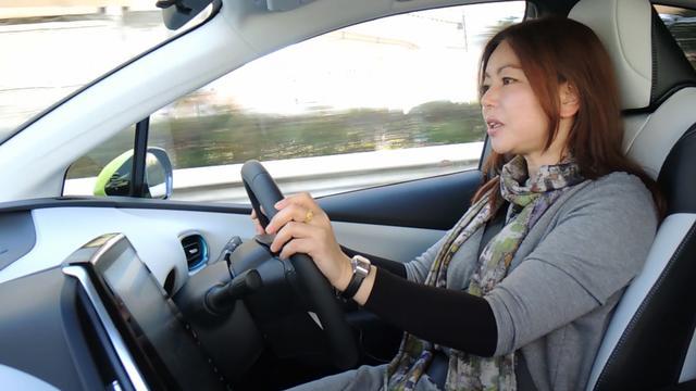 画像: トヨタ プリウスPHVを解説する竹岡 圭さん。