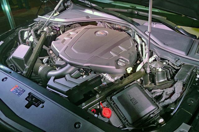 画像: 展示車両のエンジンは従来モデルと同じV6だった。