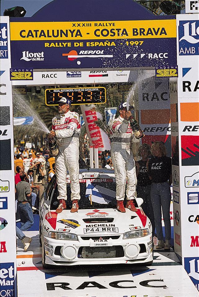 画像: 1997年にエボIVはT・マキネンの手により二年連続のドライバーズタイトルを獲得。市販車ではAYCが注目される。