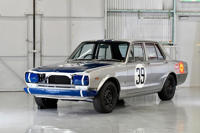 画像: スカイライン 2000GT-R(1969年式 PGC10型)。1969年2月に登場。エンジンはR380に搭載されたGR8型の流れを汲むS20型直6DOHCで、最高出力160psを発揮、レース仕様では250psを超えていた。レースでは1969年5月の「JAF-GP」から快進撃を開始。1970年10月にホイールベースを70mm短縮した2ドアハードトップを追加し、レースでも運動性能に優れるハードトップにスイッチしたことで連戦連勝にさらに拍車がかかった。50連勝目前でサバンナに敗れ連勝記録はストップするものの、1972年3月の「富士300キロ」で念願の50勝目を手にする。その優勝回数は52とされている。日産ヘリテージコレクション展示車両は1969年JAFグランプリ優勝車。