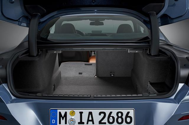画像: ラゲッジルーム容量は420Lを確保。2分割式の後席バックレストを倒すことで長尺物を収納することも可能。電動式パワーゲートを装備。
