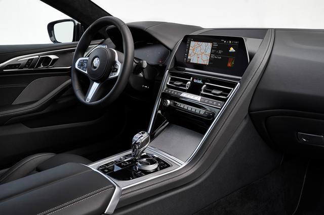 画像: センターダッシュには「BMW オペレーティングシステム 7.0」を導入した10.25インチの大型コントロールディスプレイを配置。