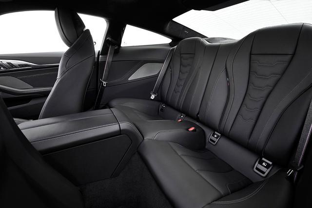画像: 4シーターシートには上質なメリノレザーを使用する。標準装備のアンビエントライトが高級感を演出する。