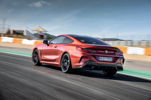画像: アダプティブMサスペンションプロフェッショナルの採用で、ダンパーやロール特性を調整し、快適でスポーティな走りを実現。往年のレーシングモデルに採用されてきたダブルバブルルーフラインを採用。カーボンルーフもオプション設定する。