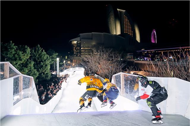 画像: みなとみらい地区を背景に氷上の熱いバトルが繰り広げられた。ⒸArmin Walcher / Red Bull Content Pool
