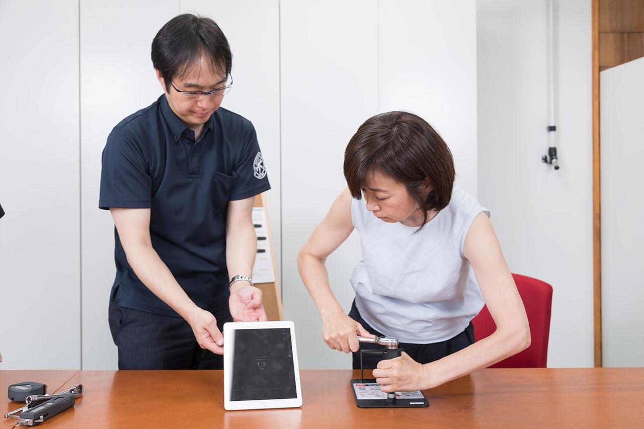 画像: ラチェットにトルクルを装着し実際に指定値までボルト締めに挑戦した飯田レポーター。