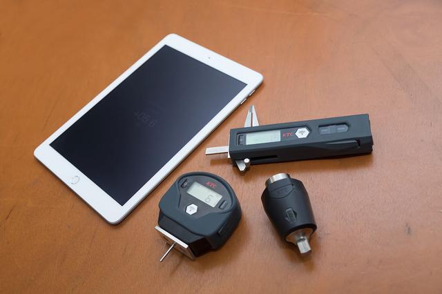 画像: TRASAS=Traceable sensing and analysis system。時計回りに左から専用アプリをインストールしたiPad、ブレーキパッドゲージ、トルクル、タイヤデプスゲージ。