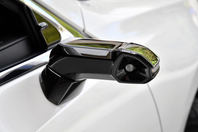 画像: アウターカメラは鏡面ミラーよりも小型化したことで、斜め前の視界も広く取れる。また、小型化とエアロフォルムで風切り音を低減して、静粛性にも寄与する。