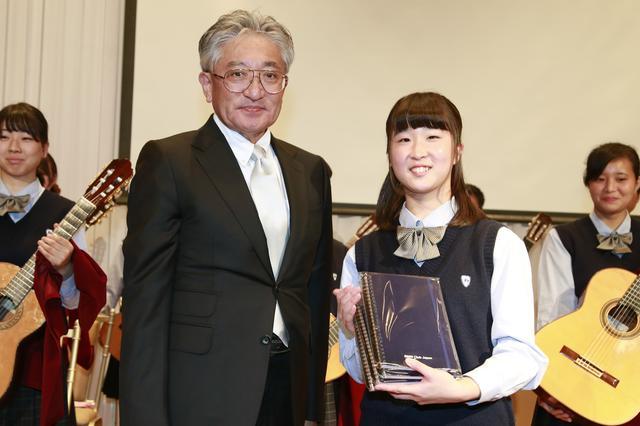 画像: 特別演奏をしてくれた北杜高校ギター部にはBMW Club Japanの細淵会長から記念品が贈呈された。