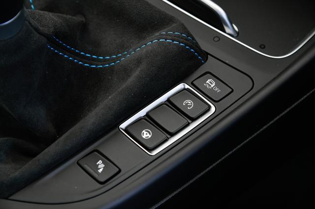 画像: ハンドル操作に対する反応まで、モードが選べる。