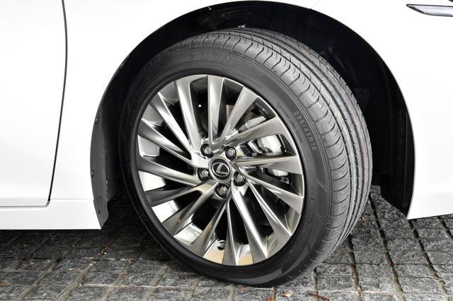 画像: 標準車が17インチ、バージョンLがノイズ低減タイプで18インチ(写真)、Fスポーツが19インチを装着。