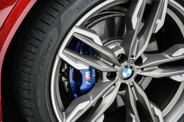画像: スポーティなデザインの21インチ大径ホイールとブルーカラーが際立つ「Mスポーツブレーキキャリパー」を標準装備。