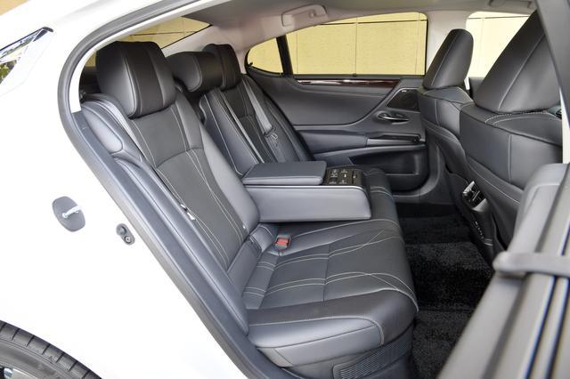 画像: 室内の広さは上級モデルのLSにも匹敵するほどゆとりがある。バージョンLのシート素材にはセミアニリン本革を採用。