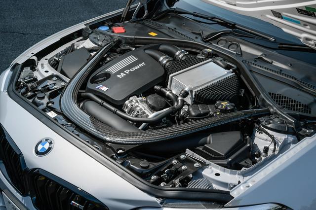 画像: M2コンペティションのエンジンは型式だけでなく、ラジエーターやオイルクーラーなどの冷却システムも「M」レベルになっている。