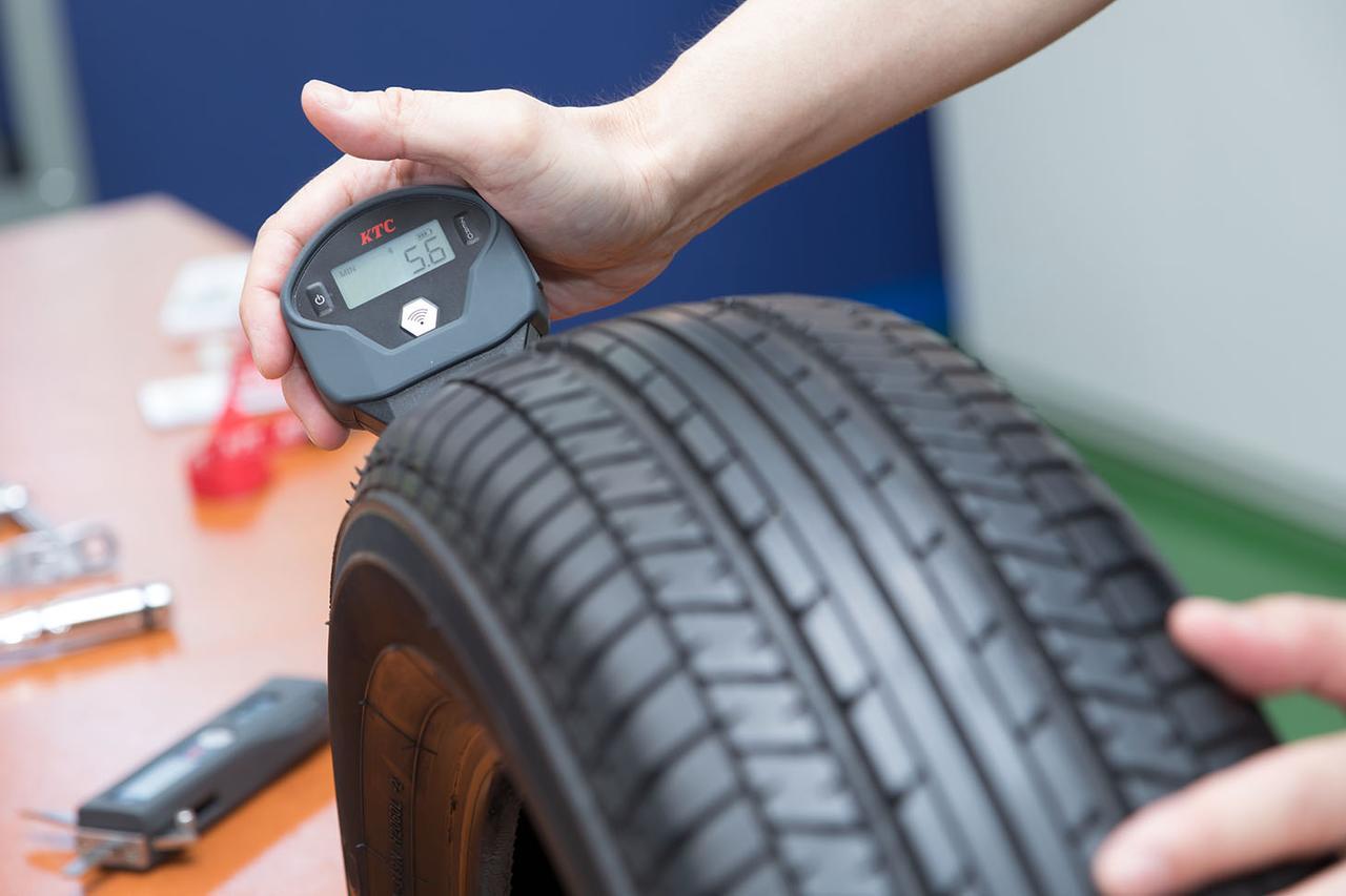 画像: タイヤデプスゲージは、タイヤを装着したままタイヤハウス内でも測定できるようコンパクトなサイズである。