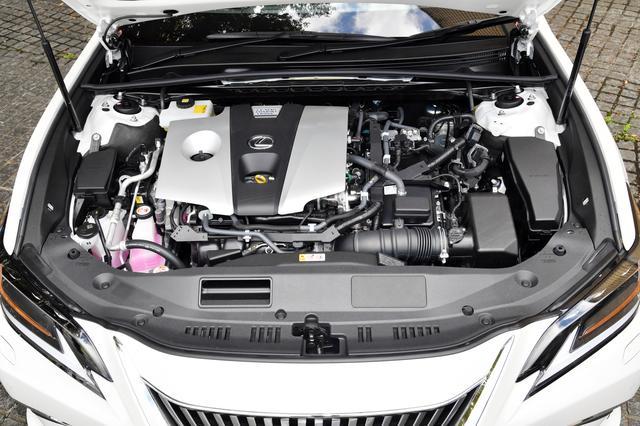 画像: 日本仕様はカムリと同じ2.5Lハイブリッドのみの設定。システム出力は218psと余裕のパワーを持ち、気持ちの良い加速を実現しながら、23.4km/ℓ(JC08)と燃費も優れる。