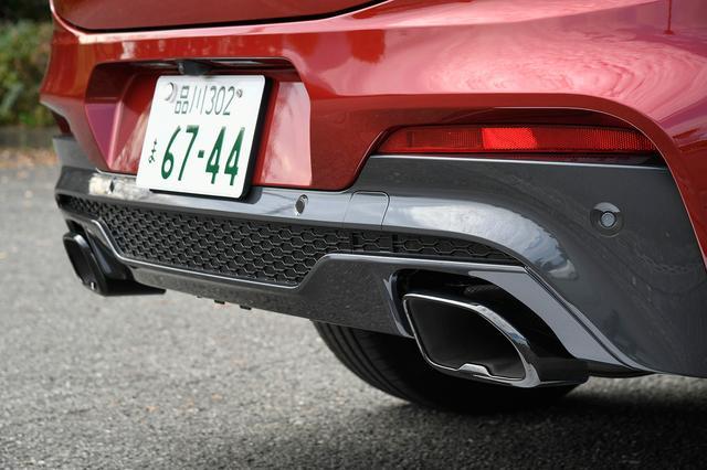 画像: 通常モデルの丸型マフラーエンドに対して、M40iはスポーティなブラッククロームを施した専用形状のオーバルマフラーエンドを装着。