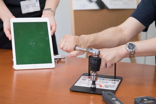 画像: 作業を行うとデータが転送され適正トルクであれば表示と音で正常値であることを示す。