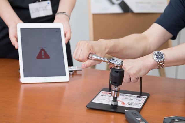 画像: 指定トルク値を上回ったり下回ったりするとiPadの画面表示とエラー音で警告する。