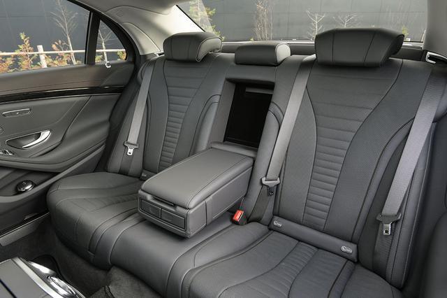画像: 使われるレザー素材や後席の広さやに不満はない。とてもゆったりできる快適な空間となっている。