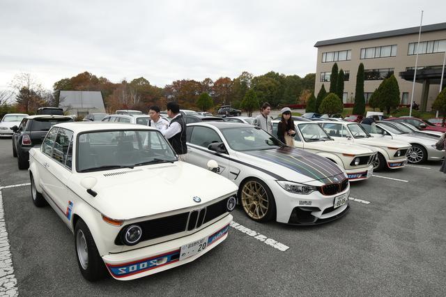 画像: とても鮮やかな紅葉の中、清里・大泉周辺のドライブを楽しみ、そしてクラブ員同士の交流を深めた八ヶ岳イベントの2日間であった。クラブ最大イベントのこの日は全国から多くのクラブ員が集まった。