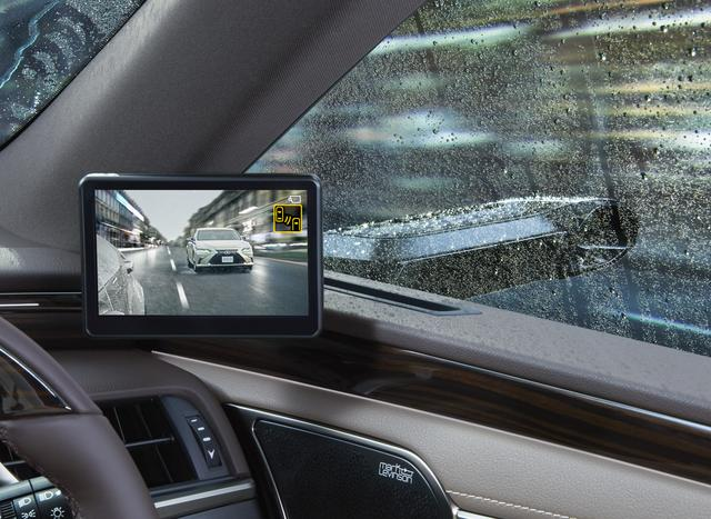 画像: 雨の影響を受けにくいカメラ形状と照度センサーを採用。写真のようにガラスが濡れて曇ったような状況になってしまっても、後方の優れた視認性を確保してくれる。