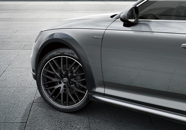 画像: ホイールはAudi Sport製の10Yスポークデザイン19インチアルミ。ボディカラーとあわせてグロスブラックとしている。