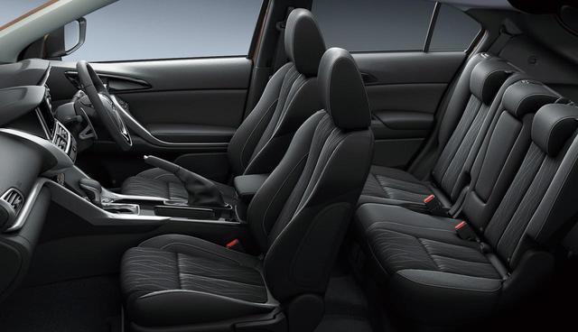 画像: これまで本革シートのセットオプションだったシートヒーターが、ファブリックシートに標準装備。三菱エクリプスクロス。